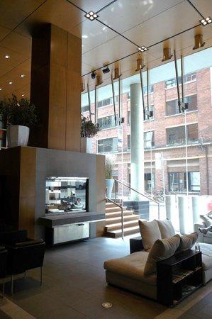 Le Germain Hotel Toronto Mercer: Reception area / mezzanine.
