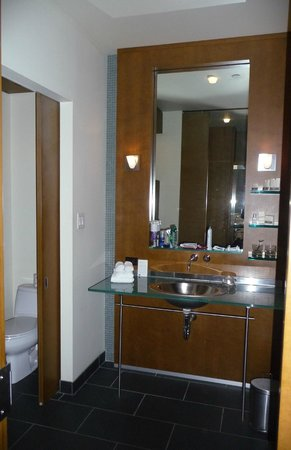 Le Germain Hotel Toronto Mercer: Bathroom.