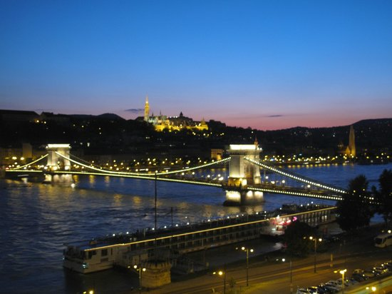 Sofitel Budapest Chain Bridge: Night view of the Chain Bridge and the Danube from our room