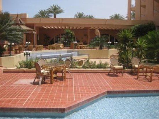 Hurghada Marriott Beach Resort : Ресторан у бассейна
