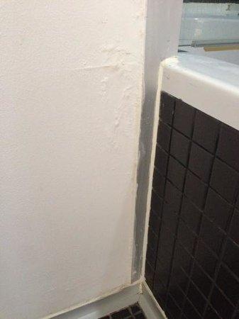 Kervansaray Lara Hotel : shoddy bathroom wall
