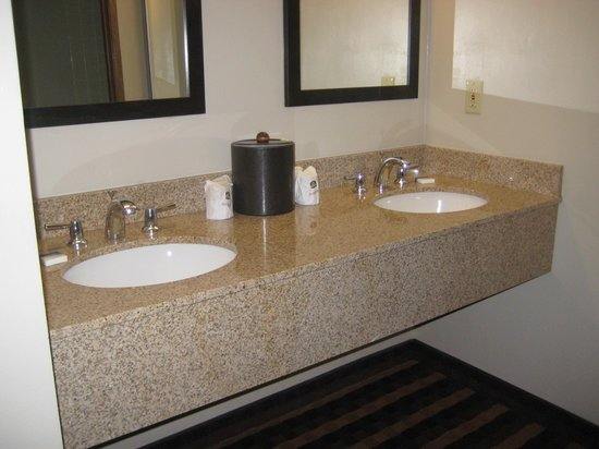 BEST WESTERN New Oregon: nice to have 2 sinks but no towel racks
