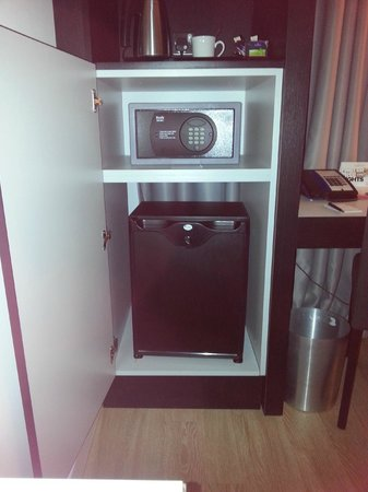 Radisson Blu Hotel, East Midlands Airport: Fridge and safe