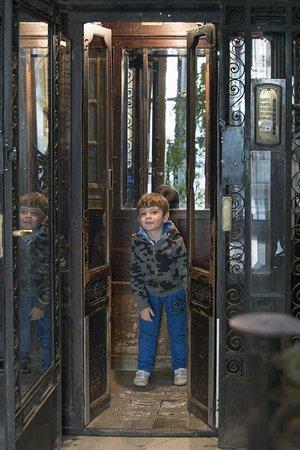 Hostal Martinval: l'ascensore sembra uscito dall'ombra del vento di zafon