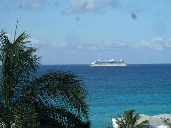 La Vista Resort: Cruise Ship coming to Philipsburg.