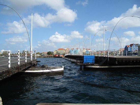 Queen Emma Pontoon Bridge: boats passing