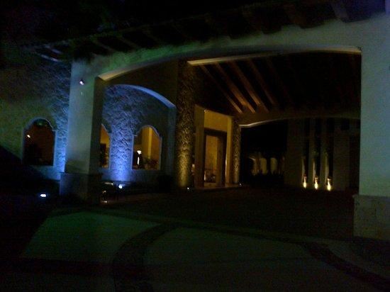 Hotel Fuerte Real: vista del área de recepción en la noche