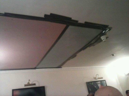 The Royal Cambridge Hotel: El techo agarrado con cinta aislante,, Ole!