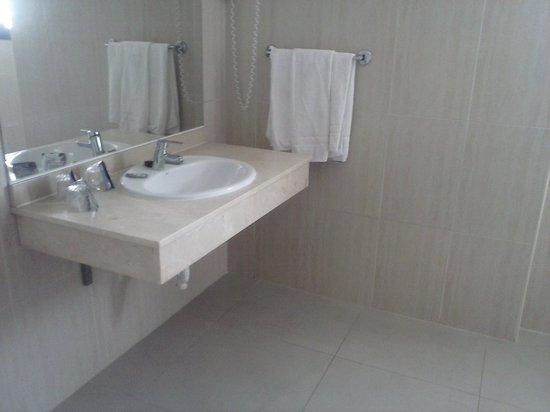 Hotel Puente Real: Lavabo