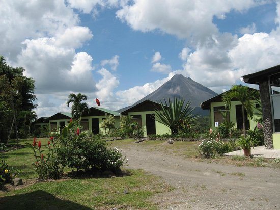 Fusion Grill & Restaurant: VIEW OF RESORT COTTAGES WITH VOLCANO ARENAL IN THE BACKGROUND