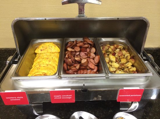 Hampton Inn Indianapolis Northwest - Park 100: Good hot breakfast. Western Omelets, sausage, hash browns, real oatmeal with a selection of frui