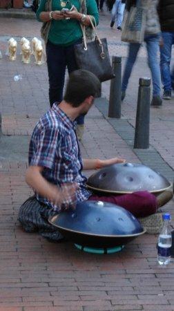 Mercado de las Pulgas de Usaquén: local musician