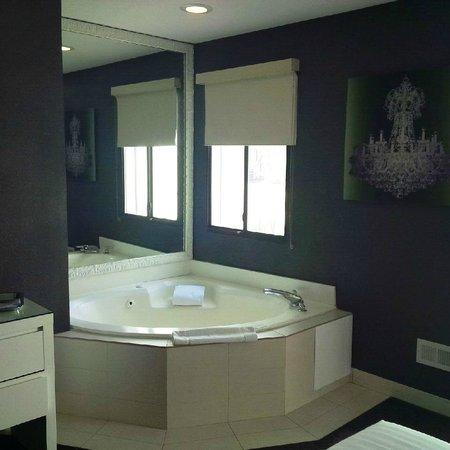 Rumor Hotel: Jacuzzi tub in room