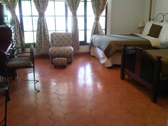 Hospedaje y Apartamentos Cafe Cibreo: Espaciosa habitación muy limpia