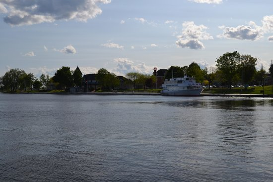 The Gananoque Inn and Spa : 100 Islands boat cruise dock