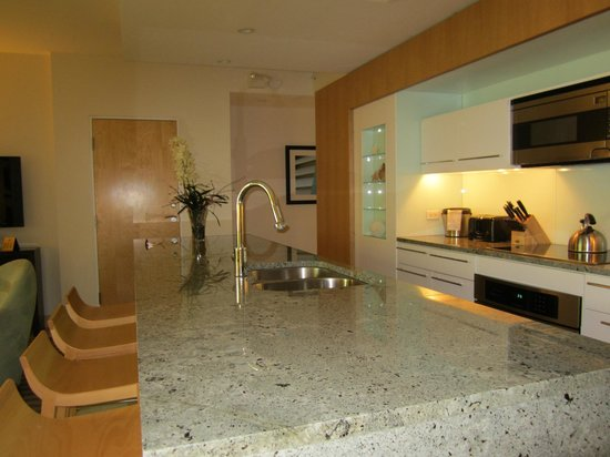 Santa Maria Suites Hotel: Beautiful full updated kitchen