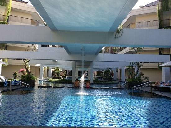 VOUK Hotel & Suites: beautiful poolside
