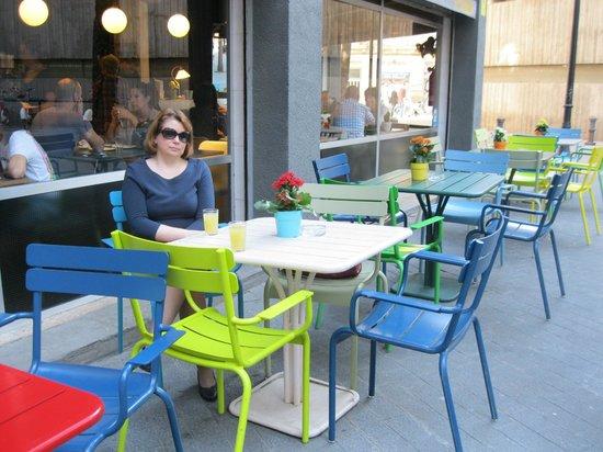 Chic & Basic Ramblas : Можно позавтракать и на улице. Столики отеля.