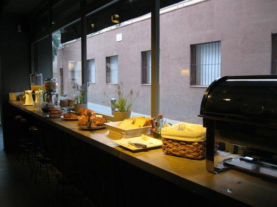 Chic & Basic Ramblas: Помещение ресторана. Завтрак. Вид на улочку.
