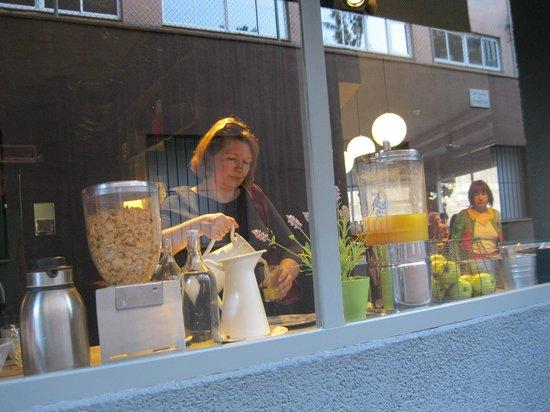 Chic & Basic Ramblas: Зона ресторана. Завтрак. Вид с улицы.