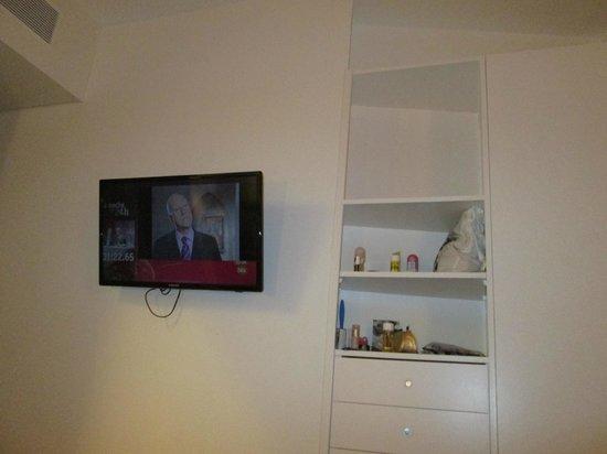 Chic & Basic Ramblas: Номер. Телевизор и частично видно встроенный шкаф.