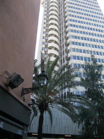 Chic & Basic Ramblas: Это высокой здание рядом с отелем вначале служило неплохим ориентиром. Его видно с набережной.