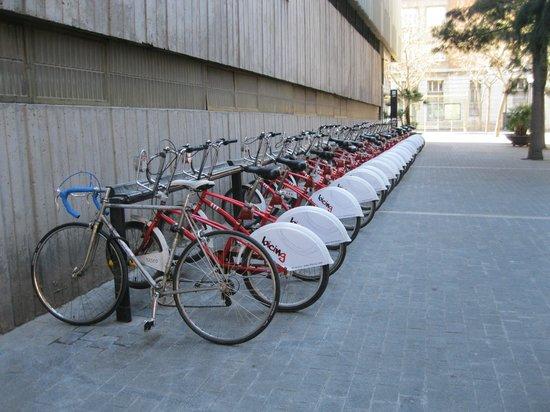 Chic & Basic Ramblas: Велосипеды рядом с отелем.