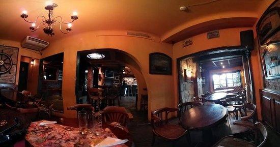 Moby Dick Pub: Interior do bar, horário de almoço.