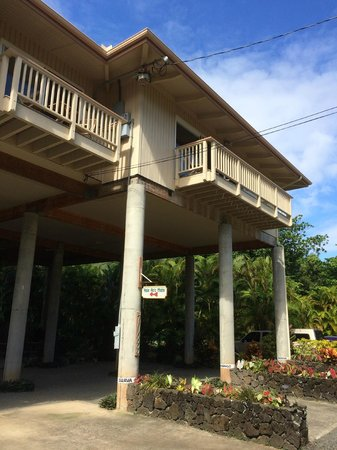 Hale Ho'o Maha Bed & Breakfast : Don't be dismayed, there is an elevator for your luggage ...