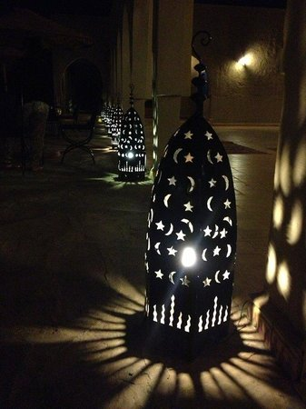 Hotel Riad Ali: Lanterns lit at night near the pool