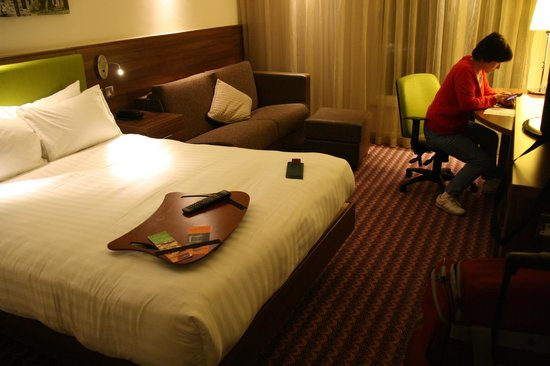 Hampton by Hilton York : Bed and desk.