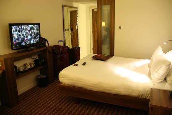 Hampton by Hilton York : TV and bed.