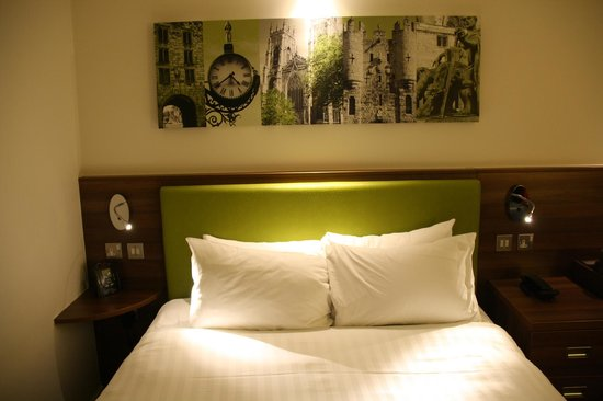 Hampton by Hilton York: Bed and pictures.