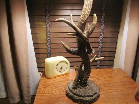 El Portal Sedona Hotel: Loved this Deco clock and antler lamp