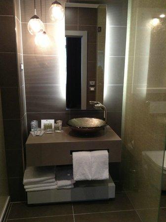 Hotel UNIC Prague: Junior Suite - bathroom vanity, very little space for 4 people