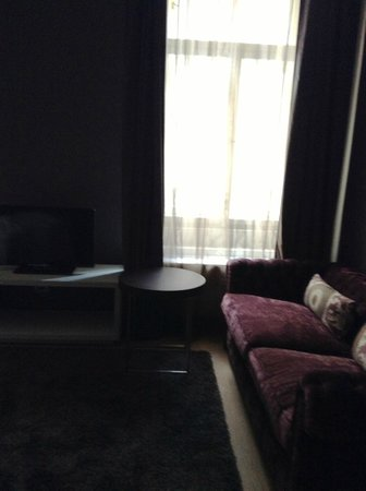 Hotel UNIC Prague: Junior Suite - Sofa in the living room (kids stayed in that room)