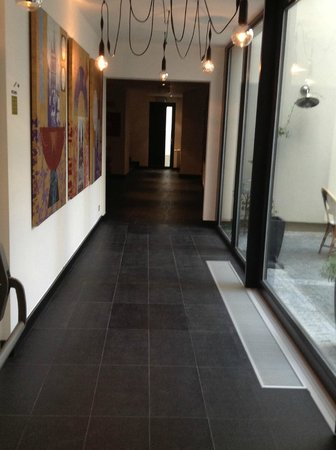 Hotel UNIC Prague: Walkway from the restaurant