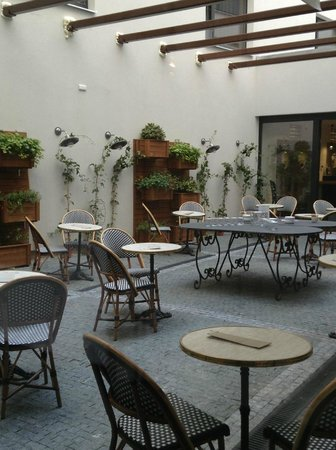 Hotel UNIC Prague : Cafe inside the hotel - open-air area