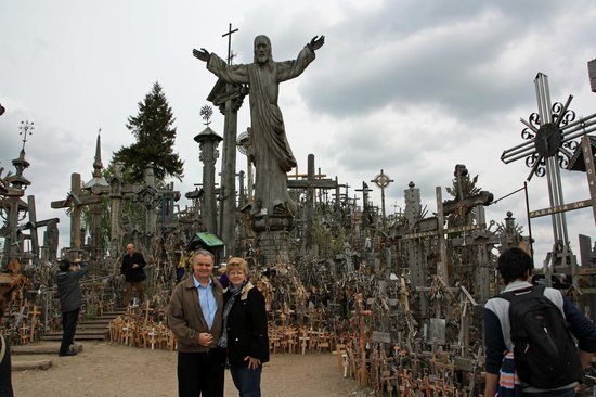 Colline des Croix : Lynda and I at the Hill of Crosses