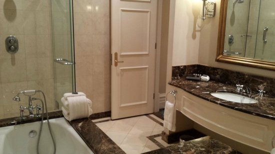 Treasury Hotel & Casino: Marble ensuite