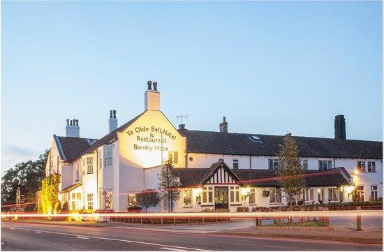 Ye Olde Bell Hotel & Restaurant: Night Shot