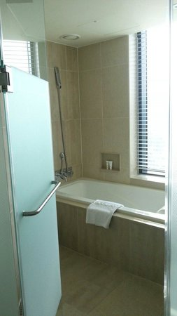 Mercure Seoul Ambassador Gangnam Sodowe : 浴槽付きの部屋になりました!窓から外が見えて開放的です。浴槽なしの部屋もあるようです