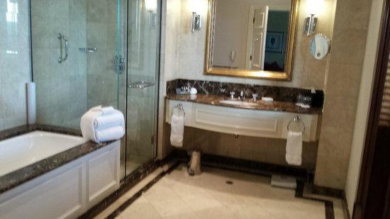 Treasury Hotel & Casino : Ensuite of a deluxe king room