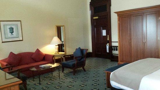Treasury Hotel & Casino : Looking towards the front door of a Deluxe king room