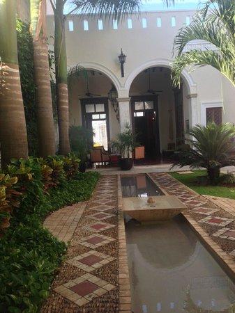 Casa Lecanda Boutique Hotel: Entry area looking towards outdoor dining