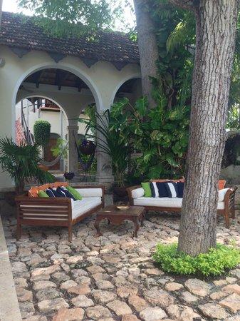Casa Lecanda Boutique Hotel : Lounge area behind pool