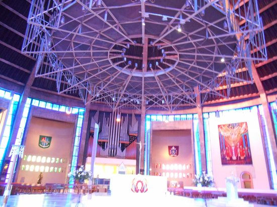 Metropolitan Cathedral of Christ the King Liverpool: Colorful, modern Altar