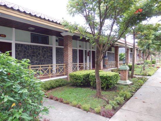 Vansana Plain Of Jars Hotel : Walking to the triplex bungalow