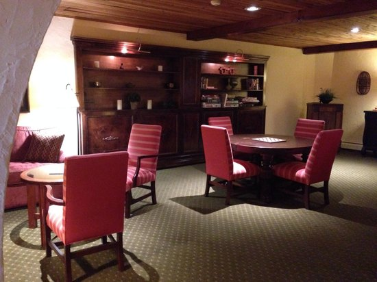 Lodge at Bromley: Game room in lobby