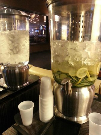 Hyatt Regency Phoenix: Cucumber water in the lobby - free to everyone